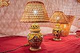 Eranthe, lampada da tavolo o comodino con base in ceramica siciliana dipinta a mano e paralume in giunco e midollino, lampada artistica ideale per cameretta e camera da letto