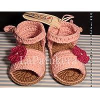 Patucos Sandalias modelo Menorquina para bebé de crochet, de color rosa bebé con flor, 100% algodón, tallas de 0 hasta 12 meses, hechos a mano en España.