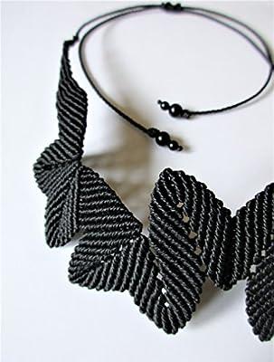 Collier Ras de cou Création couleur noir tissé main en macramé et détails perles en pierre.