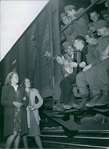 vintage-photo-of-prisoners-of-war2-women-listening-to-a-song-from-soldiers-on-a-carriage-in-sweden-1