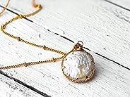 Perlmutt-Kette gold, lange vergoldete Satellitenkette mit Perlmutt-Coin, festlicher Schmuck, Kugelkette mit An