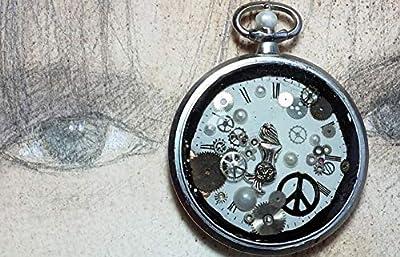 """Pendentif unisexe steampunk""""peace and love"""" fait d'un boitier de montre vintage recyclé couleur argent avec un cadran, des rouages, une petite sirène,des perles, de la résine cristal."""