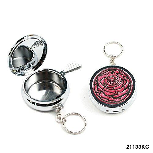 Taschen-Aschenbecher mit silbernem Rosen-Motiv auf pinkem Hintergrund und Zigarettenhalter