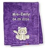 Babydecke Decke mit Namen bestickt 76x102 cm Motivwahl Giraffe Löwe Hase Bär Schmetterling Ente Elefant Hund Eule Zebra kuschlig weich (Katze lila)