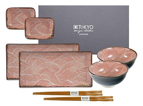 Tokyo Design Studio Seigaiha Red Sushi Set. 2 Sushiteller, 2 Dipschälchen, 2 Reisschalen, 2 Paar Essstäbchen. Aus Hochwertigem Porzellan. In schöner Geschenkbox. Spülmaschinenfest. Mikrowellengeeignet