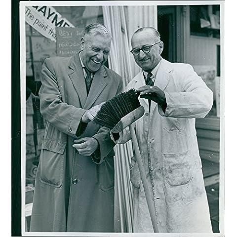 Vintage Foto Di Due Uomini in piedi e sorridente mentre toccare i fili di una (Stampa Vintage Tunica)
