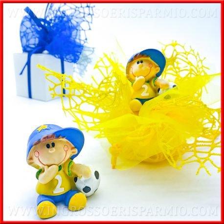 Ingrosso e Risparmio Schön und Spart Bomboniere Figuren aus Farbigem Kunstharz in Form Eines Kindes mit Fußball sitzen Kit 12 pz. Rosa in Scatola