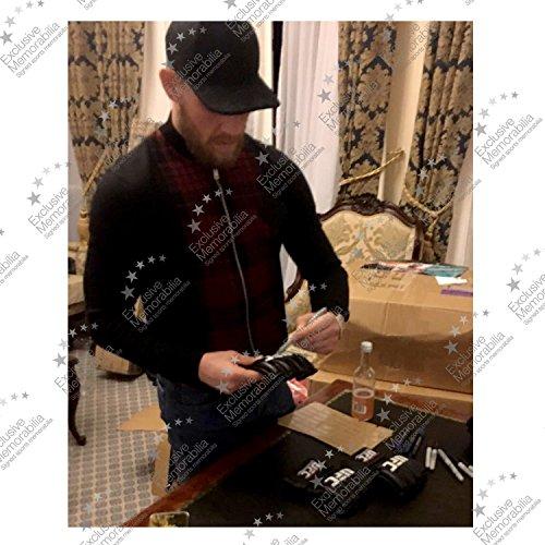 Conor McGregor signierter UFC Handschuh in Deluxe schwarzer Rahmen mit silberner Einlage Abbildung 2