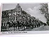 AK Rathenow. Die alten Zietenhusaren in Parade. Kavallerie, Soldaten in Uniform zu Pferde, Fahnen, Gebäudeansicht, Pferdefuhrwerk, Brandenburg, Havelland, Echtfoto