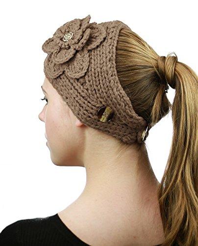 Bandeau d'hiver tricoté à la main à fleur accentuée de pierres. Produit offert par NYFASHION101. Chameau