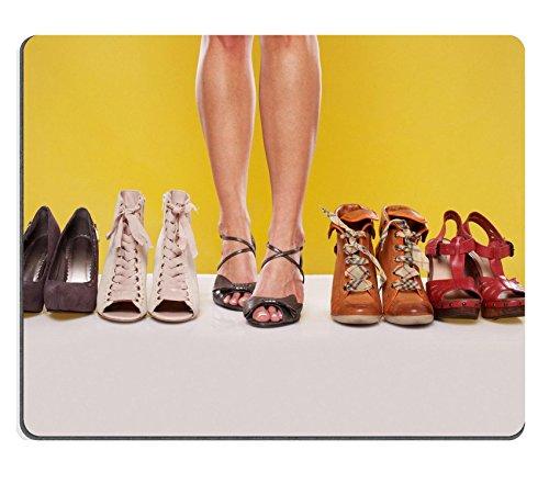 Liili Mauspad Naturkautschuk Mousepad Bild-ID: 15867306formschöne Sexy Female Beine tragen Sandalen in der Mitte des Schuhs Display auf einem gelb Studio Hintergrund (Gelb Schuhe Mitte)