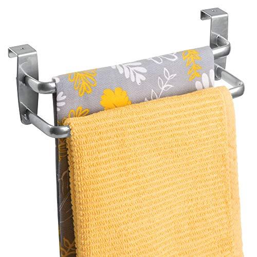 mDesign Geschirrtuchhalter - doppelte Halterung zum Einhängen über die Küchenschrank-Tür - Der praktische Handtuchhalter ohne Bohren ist auch als Handtuchstange im Bad geeignet - Silber (Hängende Geschirrtuch)
