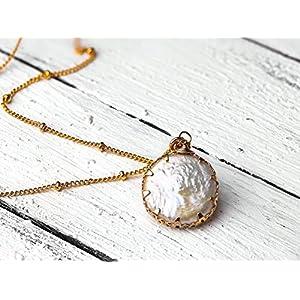 Außergewöhnliche Perlmutt-Kette/Perlmutt-Schmuck gold: Zierliche, vergoldete Satellitenkette mit einem doppelseitigen, gefassten Perlmutt-Anhänger