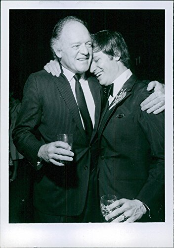 """Vintage con foto di David Ladd diventa affectionate di congratulazioni di Van Heflin seguenti Ladd per bambini da matrimonio Louise Hendricks. Heflin è stata simile a quella famiglia Ladd in quanto egli e Alan Ladd made memorable """"Shane"""" nel 1963."""