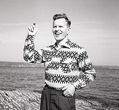 POSTER Hankoskjorten Husker du Hanko-skjorten? Dette fotografiet ble tatt for Billedbladet Na sommeren 1959 Skjorten var et lite mysterium Norway Noreg Norge Norwegian Wall Art Print A3 replica