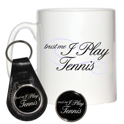 Trust Me I Play Tennis 284ml Becher, Pin Badge & Leder Schlüsselanhänger (Wimbledon-pin)
