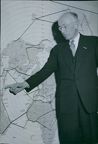 vintage-photo-of-director-hans-martin-points-out-klms-peace-lines-on-the-map