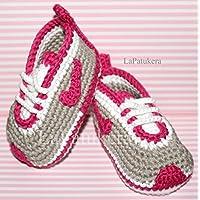 Patucos para bebé de crochet, Unisex. Estilo Nike, de color Gris/Rosa fucsia, 100% algodón, tallas de 0 hasta 12 meses, hechos a mano en España.
