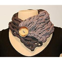 Cuello con botón gris combinado con estampado