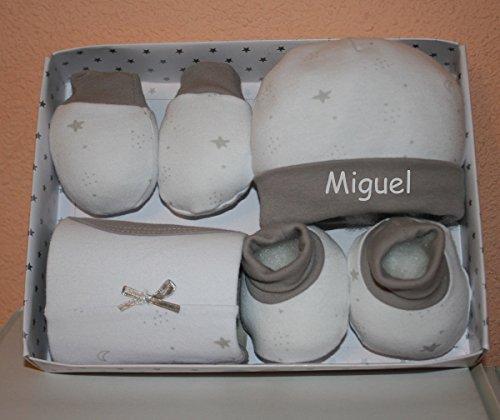 PRIMERAEDAD/Set bebé cuatro piezasgorro, manoplas, patucos y babero personalizado...