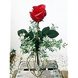 Composición de florero con rosa roja
