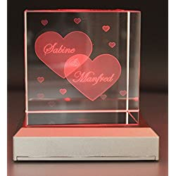 VIP-LASER Glaswürfel XL mit zwei großen Herzen und kleineren Herzen graviert. Wir gravieren auch noch Deine Wunschnamen kostenlos ein - das ideale Partner Geschenk zum Valentinstag, Jahrestag oder zur Verlobung! (mit LED-Leuchtsockel Silber)