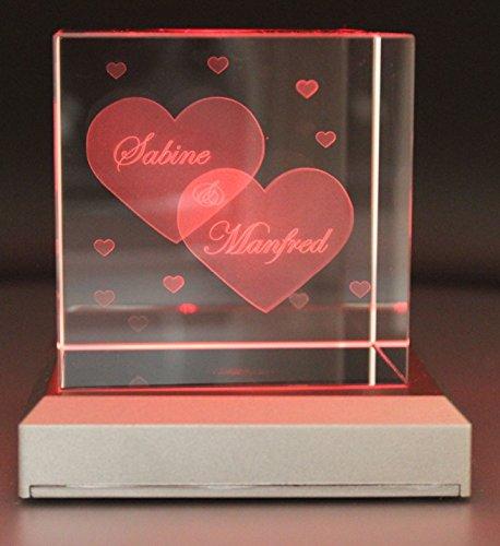 VIP-LASER Glaswürfel XL mit zwei großen Herzen und kleineren Herzen graviert. Wir gravieren auch noch Deine Wunschnamen kostenlos ein – das ideale Partner Geschenk zum Valentinstag, Jahrestag oder zur Verlobung! (mit LED-Leuchtsockel Silber)