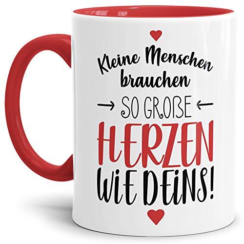 Erzieher-Tasse mit Spruch Kleine Menschen brauchen große Herzen - Kindergarten/Abschied/Geschenk-Idee/Dankeschön/Kita/Innen & Henkel Rot