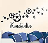 Wandora Wandtattoo Fußbälle Sterne + Wunschname I grasgrün (BxH) 122 x 58 cm I Kinderzimmer Wohnzimmer Fußball Sticker Aufkleber Wandaufkleber Wandsticker G064
