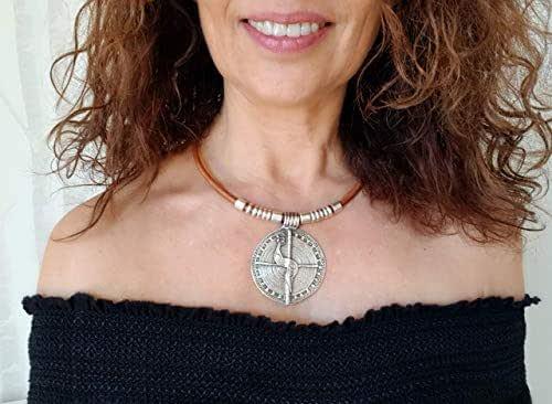Collana con medaglione in argento e cuoio per le donne, gioielli boho chic