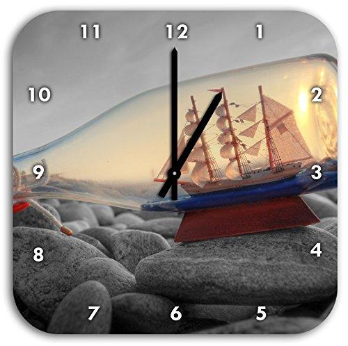 Schiff in Flasche am Steinstrand schwarz/weiß, Wanduhr Quadratisch Durchmesser 28cm mit schwarzen Spitzen Zeigern und Ziffernblatt - Sand-souvenir-flasche