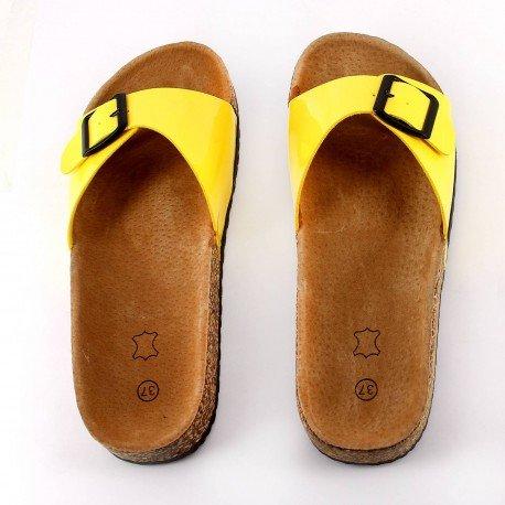 Ideal Shoes - Nu-pieds vernis style orthopédique avec ceinturon et semelle en gomme Amalia Jaune