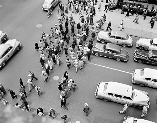 The Poster Corp Vintage Images - 1950s New York City Ny 5Th Avenue Overhead View of Traffic and Pedestrians Crossing Street Rush Hour Kunstdruck (55,88 x 71,12 cm)