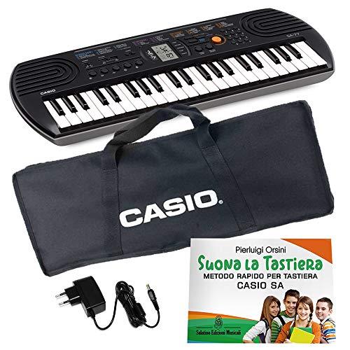 Kit Pianola Tastiera Casio SA 77 (fondo Grigio) con Borsa Casio (con 2 maniglie), Alimentatore e Metodo 'Suona la Tastiera'