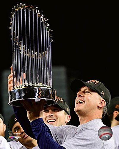 A.J. Hinch with The World Series Championship Trophy Game 7 of The 2017 World Series Photo Print (20,32 x 25,40 cm) - World Series Championship Trophy