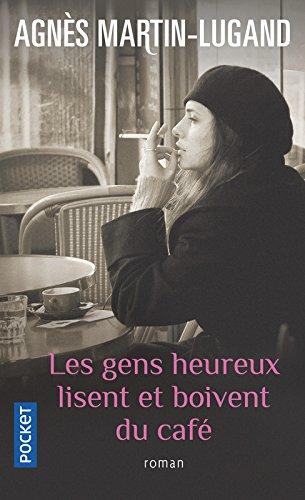 Les gens heureux lisent et boivent du caf