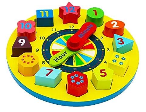 Horloge en bois avec des chiffres et des formes à