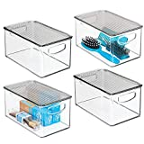 mDesign Set da 4 Contenitore per il bagno con manici - Organizer in plastica ideale per i cosmetici dotato di coperchio - Pratico e capiente cesto per il bagno - trasparente/grigio
