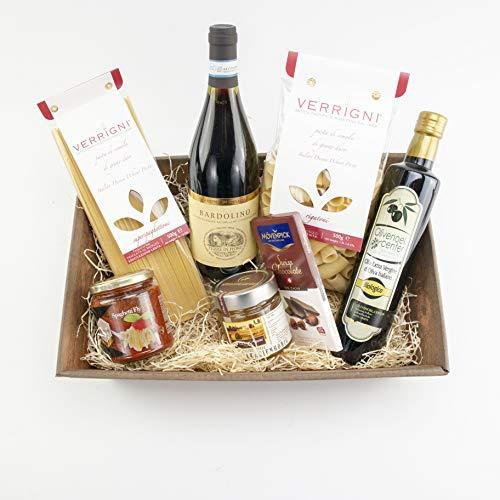 italienischer Gourmet-Geschenkkorb, feine Delikatessen aus Italien, gefüllt mit Rotwein, Olivenöl, Bio-Akazienhonig, Pasta, würziger Soße und Schokolade