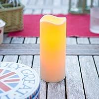 Perfetta per ravvivare feste e cene all'aperto, questa candela è interamente impermeabile grazie al rivestimento idrorepellente color avorio (certificazione IP44). Con una calda luce tremolante e delicati bordi arrotondati, ha un aspetto estr...