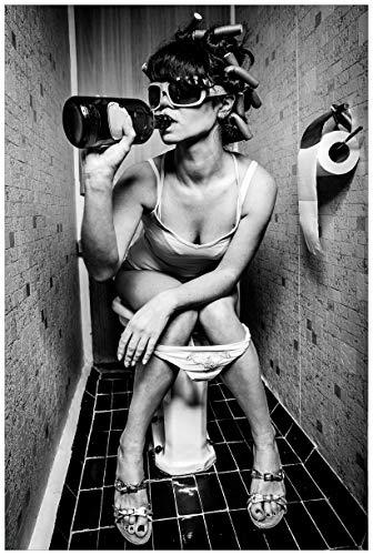 Wallario Poster - Kloparty - Sexy Frau auf Toilette mit Weinflasche in Premiumqualität, Größe: 61 x 91,5 cm (Maxiposter) (Cami Sexy)