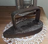 altes Guss Bügeleisen retro Eisen Kohlebügeleisen braun schwer Gusseisen