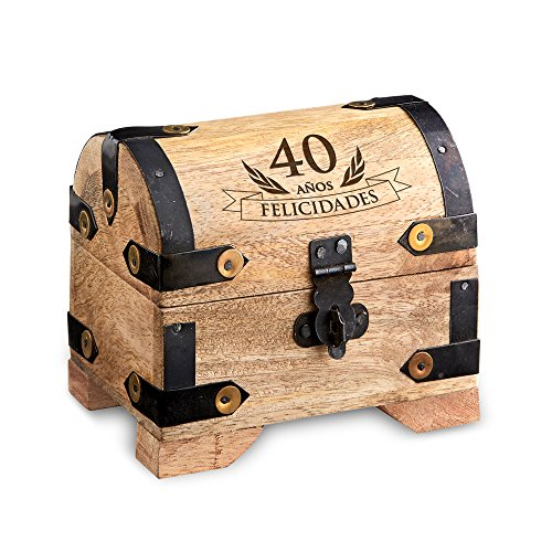¿Quién no tiene un tesoro especial del que cuidar? Pueden ser joyas, cartas, recuerdos, fotografías..., y a menudo no tenemos dónde guardarlas. Éste pequeño cofre de madera clara es ideal por su estilo vintage. Con su grabado 40 AÑOS FELICIDADES sorp...
