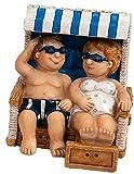 dekojohnson Urlauberpaar Touristenpärchen Mini Strand-Korb Strandfigur Mann Frau Witzig Lustige Ostsee Blau Weiß 7x8cm