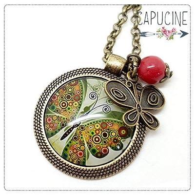Sautoir Illustré Papillon Vert Kaki Rouge et Orange en Métal Bronze avec Cabochon en Verre, Breloque et Perle en Jade