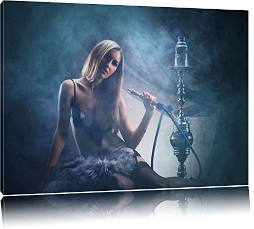 Schöne Frau mit Shisha im Nebel Format: 80x60 auf Leinwand, XXL riesige Bilder fertig gerahmt mit Keilrahmen, Kunstdruck auf Wandbild mit Rahmen, günstiger als Gemälde oder Ölbild, kein Poster oder Plakat - Glamour Sexy Beine