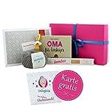 Geschenk Oma werden * Geschenkset Hallo Oma! * werdende Oma Geschenk - Geschenk für Oma mit Wolle, Anleitung und GRATIS Glückwunschkarte HERZLICHEN GLÜCKWUNSCH! - Geschenkbox Baby - Enkelkind unterwegs - Geschenk Oma MyOma