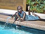 Liegendes Mädchen mit Flöte als Wasserspeier