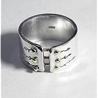 Anello in alluminio unisex con bottoni in ottone e testo personalizzato.
