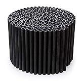Il Pouf Leggero è più di una semplice seduta: si reinventa facilmente diventando un tavolino da salotto, un comodino o un poggiapiedi. Disponibile in due colori classici, nero e bianco caldo (panna). Diametro: 55 cm, altezza: 36 cm. Colore: nero.